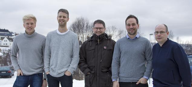 Lars Petter Nora, Audun Finsveen, Torben Søraas, Lars Kimo Jørgensen og Glenn Haugen er fornøyde med ny Enova-kontrakt. Anita Tobiassen, Stig Allan Stokvik og Trond Paasche var ikke tilstede da bildet ble tatt.